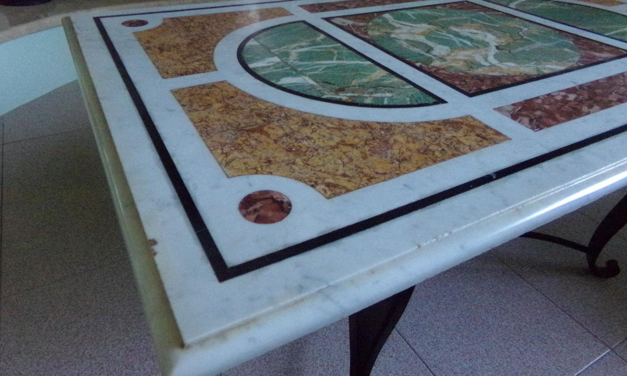 Tavolo in marmo intarsiato