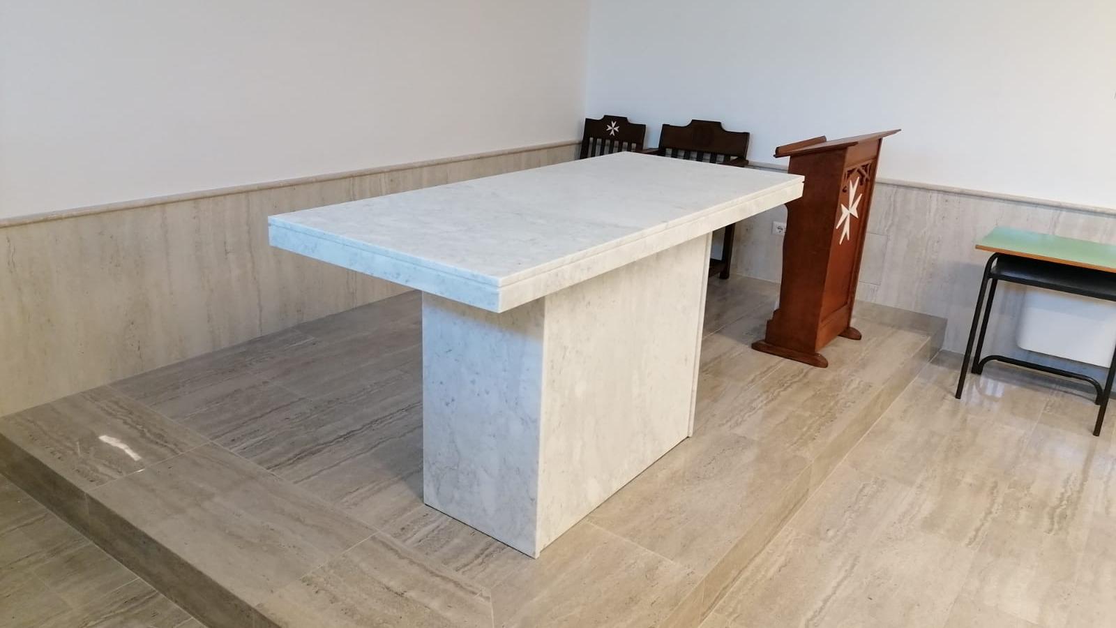 Altare in marmo bianco